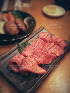 テーブルの上に食べ物のプレートの写真・画像素材[1153248]
