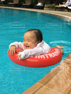 水のプールで泳ぐ子の写真・画像素材[1695318]
