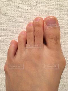 足の親指の長いムダ毛の写真・画像素材[2068375]