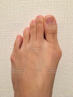 足の親指の長いムダ毛の写真・画像素材[2068377]