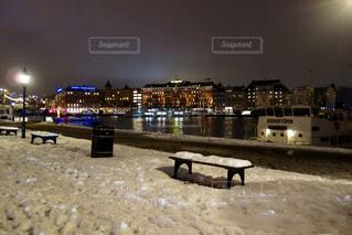 スウェーデンの雪に覆われたベンチの写真・画像素材[1041054]