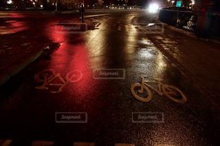 スウェーデンの濡れた道路の写真・画像素材[1041104]