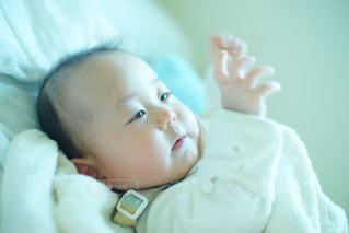 赤ちゃんがベッドの上で横になっています。の写真・画像素材[1040327]