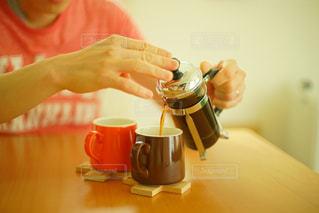 コーヒーを淹れる人の手の写真・画像素材[1040377]