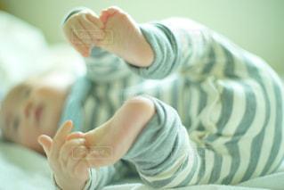 足をつかむ赤ちゃんの写真・画像素材[1075015]
