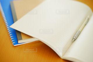 テーブルの上のノートとペンの写真・画像素材[1207449]