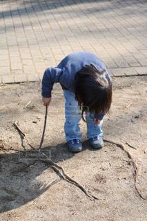 地面に絵を描く女の子の写真・画像素材[1040394]