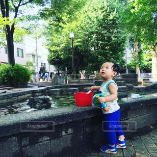 水遊びする小さな男の子の写真・画像素材[1040573]