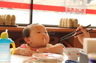 うどんを食べる赤ちゃんの写真・画像素材[1040630]