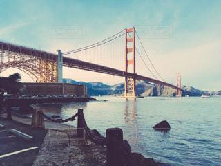 青い海に浮かぶ赤い橋。の写真・画像素材[1040582]