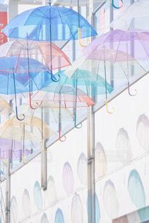 近くに傘のアップの写真・画像素材[1266799]