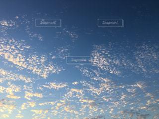 空には雲のグループの写真・画像素材[1526209]