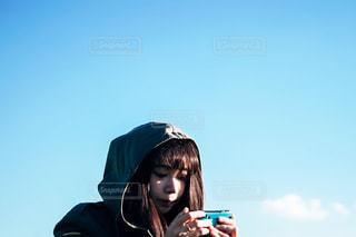 携帯電話で話す人の写真・画像素材[1674809]