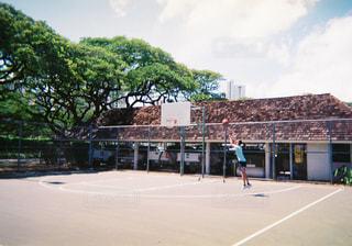 ハワイでバスケをする少年の写真・画像素材[1056334]