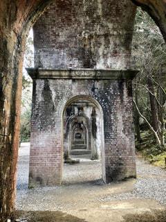 レンガの壁の前にあるベンチには石造りの建物の写真・画像素材[1041120]