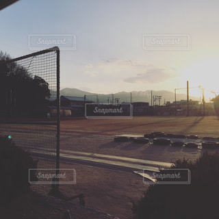 夕方のグラウンドの写真・画像素材[1040899]