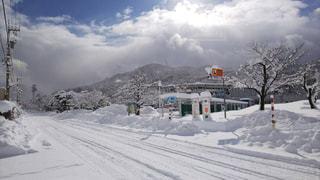 雪に覆われた道の写真・画像素材[1040978]