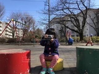カメラを構える女の子の写真・画像素材[1041178]