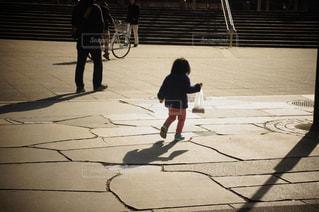 夕焼けの子供の写真・画像素材[1041183]