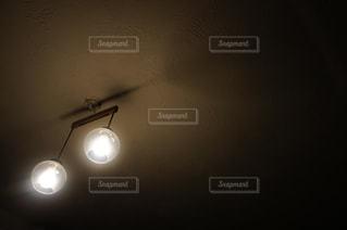 暗い部屋に座っているライトの写真・画像素材[1041436]