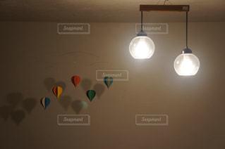 気球のモビールと照明の写真・画像素材[1041437]