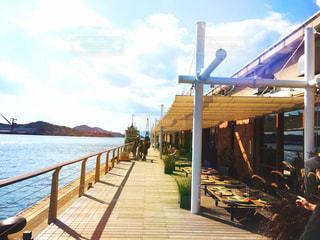 水の体の横に木製の桟橋の写真・画像素材[1041278]