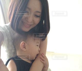 赤ん坊を抱える女性の写真・画像素材[1041251]