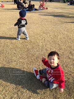 芝生の上の男の子の写真・画像素材[1046036]