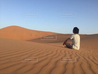 サハラ砂漠の真ん中での写真・画像素材[1041463]