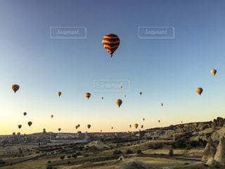 朝日に照らされる気球の写真・画像素材[1041490]