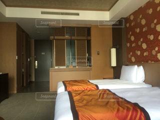 ホテルの部屋に大きなベッド付きのベッドルームの写真・画像素材[1043748]