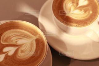 テーブルの上のコーヒー カップの写真・画像素材[1041648]