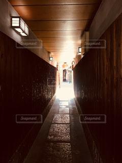 夜のライトアップされた橋の写真・画像素材[1068904]