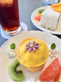 食品とオレンジ ジュースのガラスのプレートの写真・画像素材[1205938]