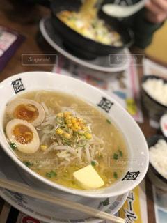 テーブルにあるスープのボウルの写真・画像素材[1041666]