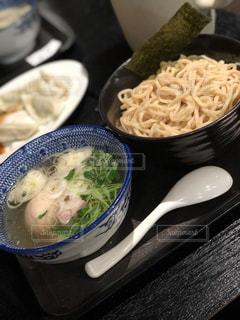 板の上に食べ物のボウルの写真・画像素材[1041667]