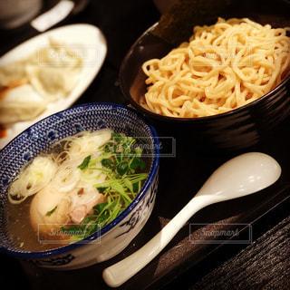板の上に食べ物のボウルの写真・画像素材[1041668]