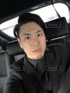 車の前に座っている男の写真・画像素材[1041707]