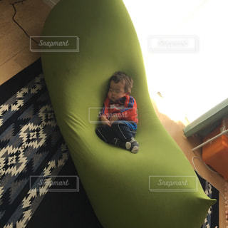 ヨギボーの上でお昼寝の写真・画像素材[1041713]