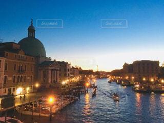 水上都市の夕暮れ時の写真・画像素材[1042036]