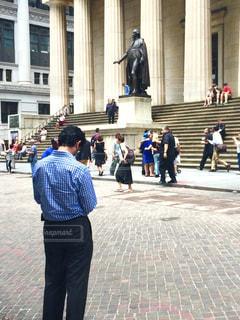 建物の前に歩く人々 のグループの写真・画像素材[1042950]