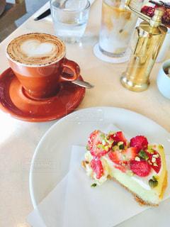 コーヒーのカップとケーキプレートの写真・画像素材[1048636]