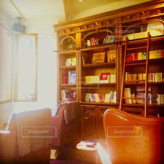 アンティーク調の本棚と午後の日差しの写真・画像素材[1058081]