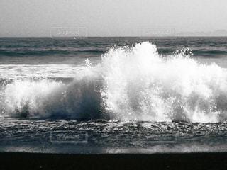 モノクロの海、激しい波の写真・画像素材[1047552]