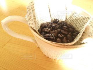 テーブルの上のコーヒー カップの写真・画像素材[1047555]