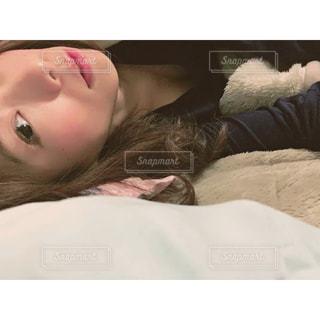 ベッドの上で横になっている人 - No.1058826