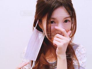 マスクをとる女性の写真・画像素材[1064577]