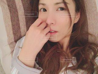 selfie を取る女性の写真・画像素材[1103119]