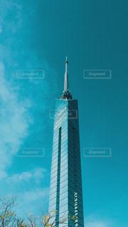 空の背景を持つ大規模な背の高い塔の写真・画像素材[1133741]