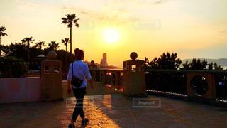 日没の前に立っている男の写真・画像素材[1159762]